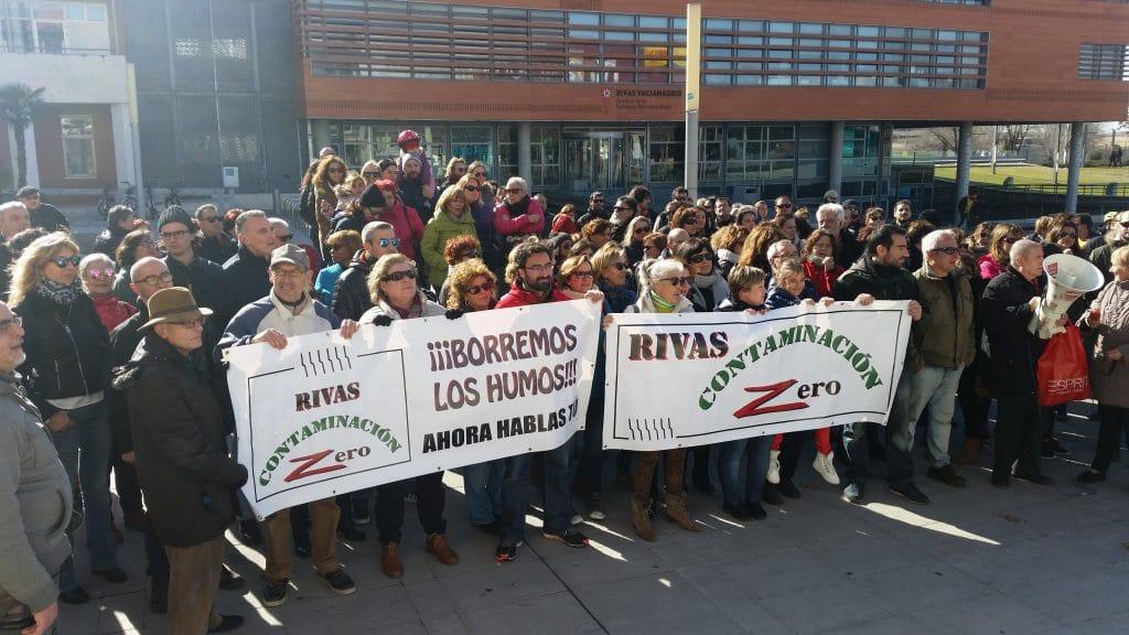 Concentración contra los humos en la Plaza de la Constitución de Rivas