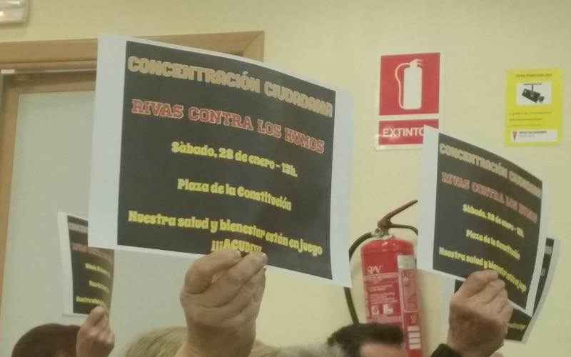 Protesta contra los malos humos en el Pleno de Rivas
