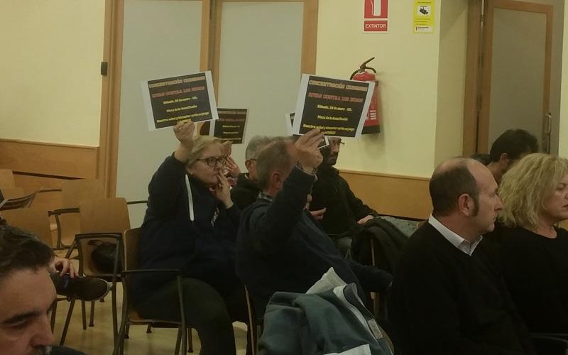 Protesta contra los humos en el Pleno de Rivas
