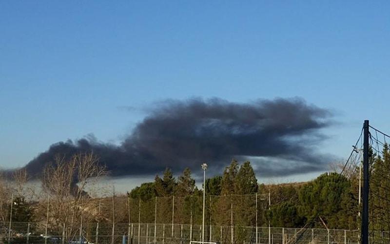 Nube de humo negro por un incendio en el Gallinero