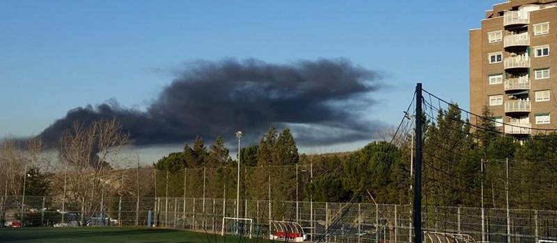 Nube de humo por un incendio en el Gallinero, este miércoles