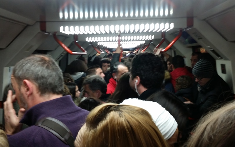 Interior de un vagón de TFM en hora punta