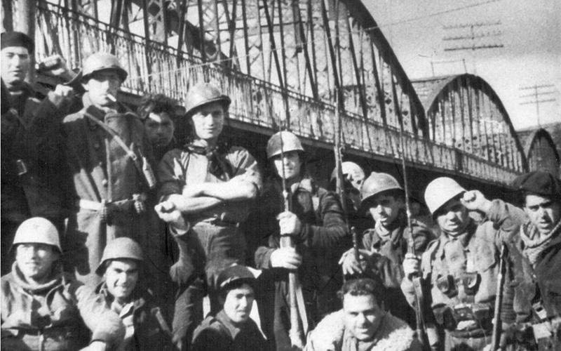 Brigadistas internacionales junto al puente