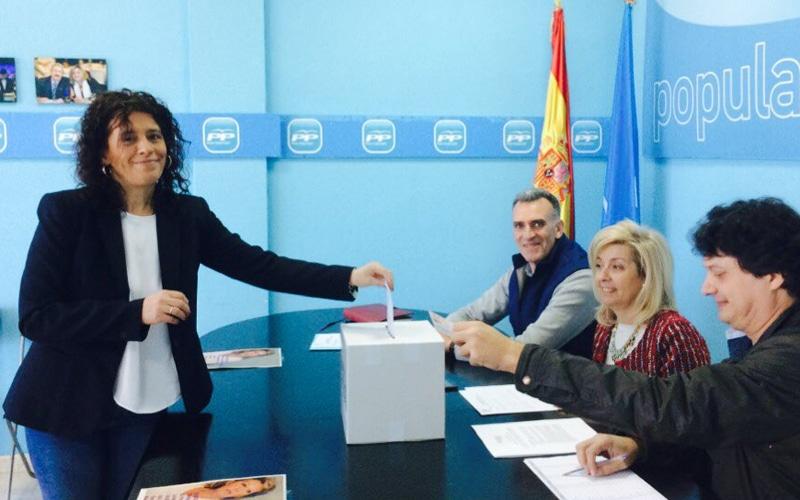 La presidenta de la gestora del PP de Rivas, Inés Berrio, vota en presencia del secretario general y portavoz municipal, José Riber, y de Ana Magallares, que presidió la mesa electoral