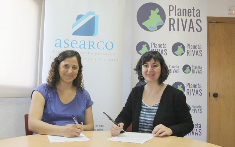 Tamara Clemente y Celia González, en un momento de la firma del convenio