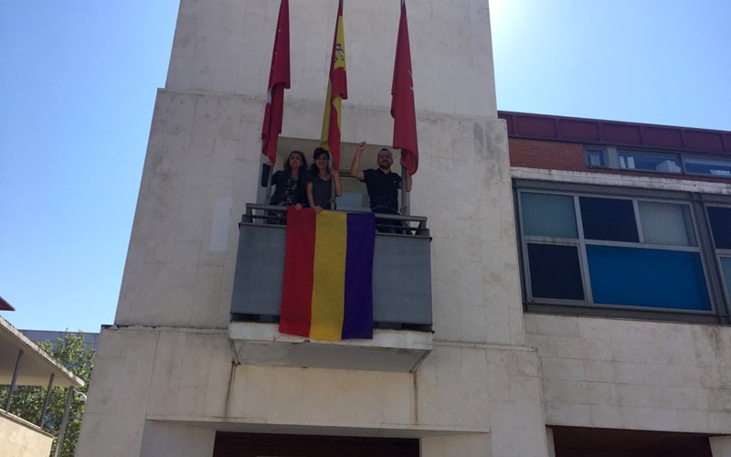 Polémica por la colocación de la bandera republicana en la fachada del Ayuntamiento de Rivas