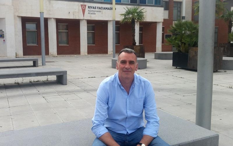 José Antonio Riber, frente al Ayuntamiento de Rivas Vaciamadrid