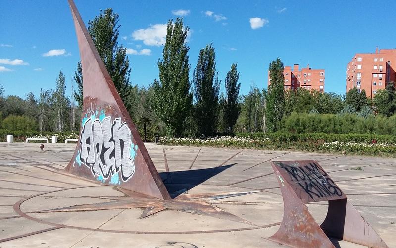 El PP critica el deterioro del reloj de sol, el zigurat del parque Bellavista y otros elementos singulares de Rivas