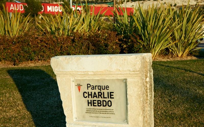 Monolito de homenaje del parque Charlie Hebdo (Fuente: Ayuntamiento de Rivas Vaciamadrid).