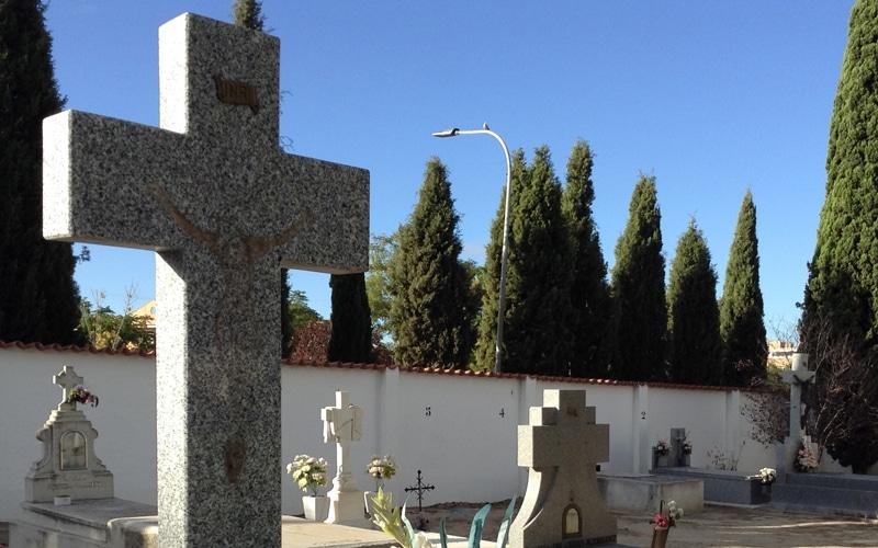 Lápidas del cementerio de Rivas a las que se ha robado el crucifijo (Fuente: Planeta Rivas)