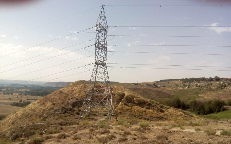 Torre de alta tensión en las ruinas del castillo de Ribas de Jarama