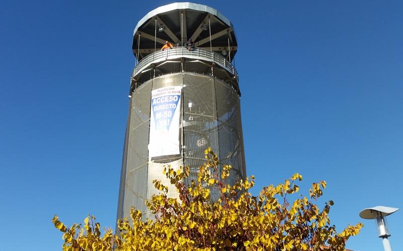Una pancarta de 5 metros en el mirador del Parque Lineal exige la salida a la M-50