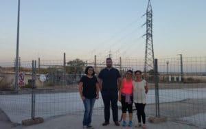 Vecinos de Los Madroños, junto a la instalación eléctrica frente a sus viviendas