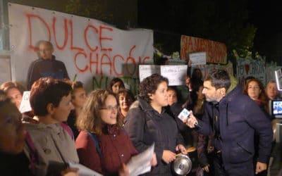 Vigilia y cacerolada en el colegio Dulce Chacón en defensa de su equipo directivo