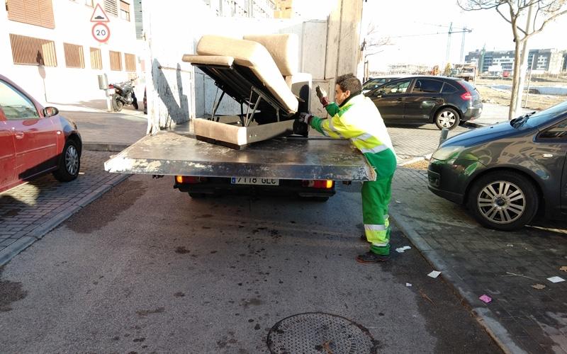 Operarios de Rivamadrid recogen enseres depositados en la vía pública (Fuente: Rivamadrid)