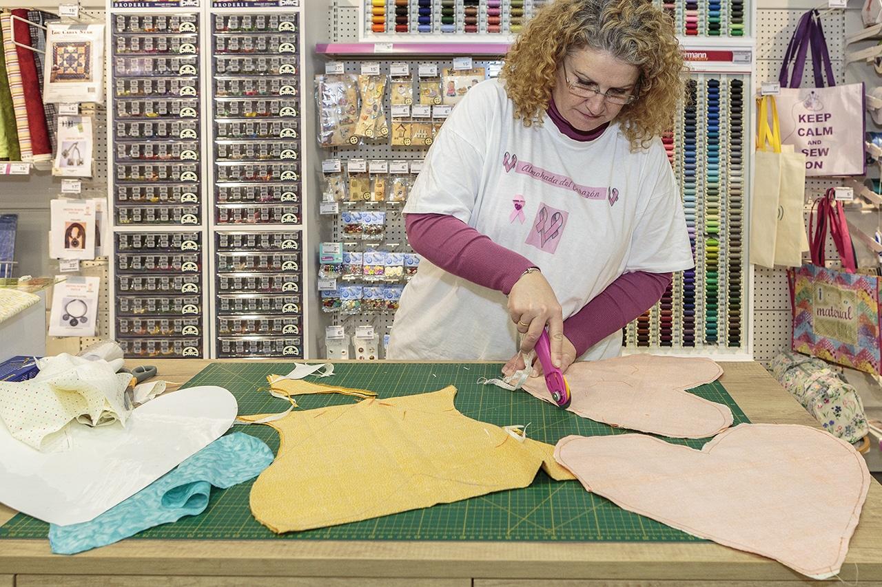 Trabajadora de Milbby cortando tela para los corazones (Fernando Galán)