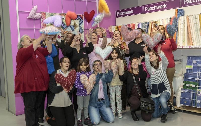 Puntadas solidarias en Milbby, el nuevo espacio creativo de Rivas