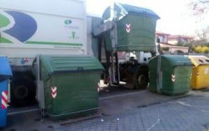 Un camión de Rivamadrid realiza la recogida de residuos en una de las islas de reciclaje del municipio (Fuente: Rivamadrid)