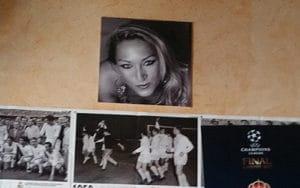 Una foto de Matilde de Castro preside la ared del bar la Corrala, en Rivas