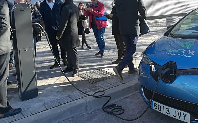 Punto de recarga de vehículos eléctricos junto a la Biblioteca Gloria Fuertes en Rivas