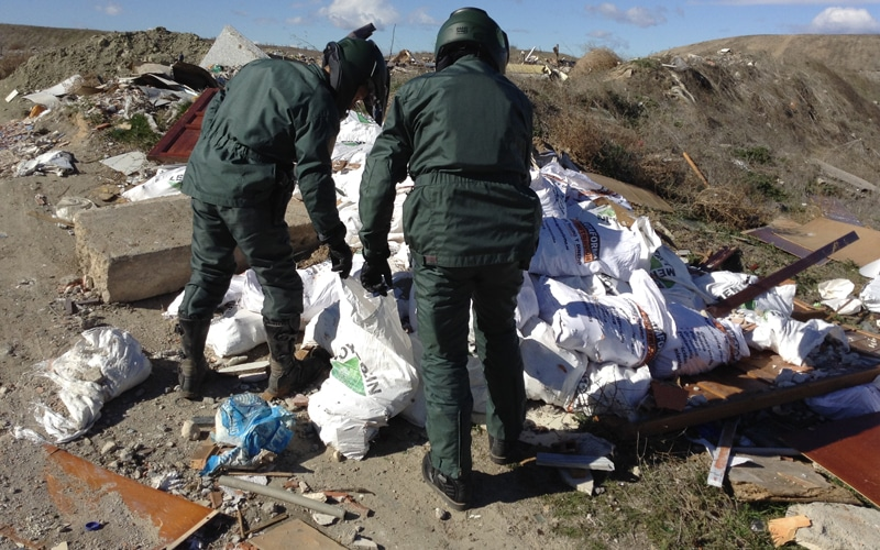 Agentes del Seprona investigan un vertido ilegal de residuos en la Cañada (Fuente: Diario de Rivas)