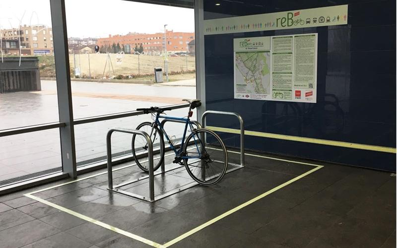 Aparcamiento para bicis en la estación de metro de Rivas Futura