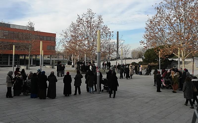 Cocentración de vecinos de la Cañada Real frente al Ayuntamiento de Rivas