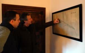 El duque de Rivas, José Sainz y Armada, explica sobre plano la disposición del Cristo de Rivas y el antiguo convento mercedario (Autor: Vicente Núñez)