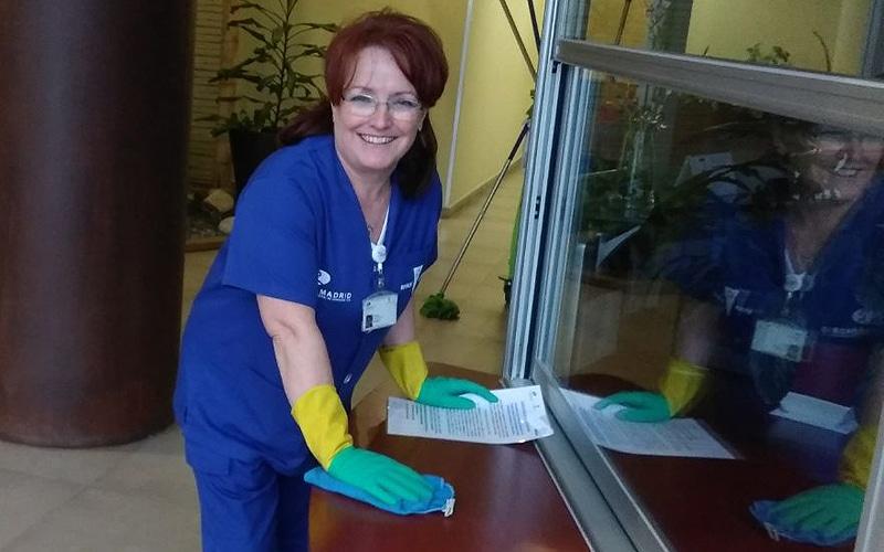 Operaria del servicio de limpieza de edificios de Rivamadrid (Fuente: Rivamadrid)