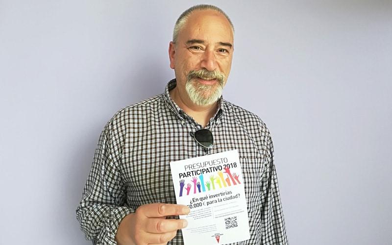 Antonio Flórez muestra el folleto informativo de los presupuestos participativos 2018 de Rivas
