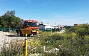 Los bomberos, junto a la infravivienda incendiada este viernes