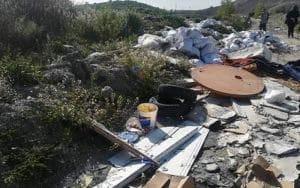 Vertidos ilegales tras la Casa de Asociaciones de Rivas