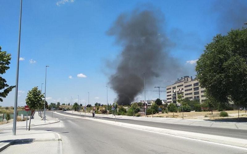 El incendio de un contenedor provoca una columna de humo en el barrio de la Luna
