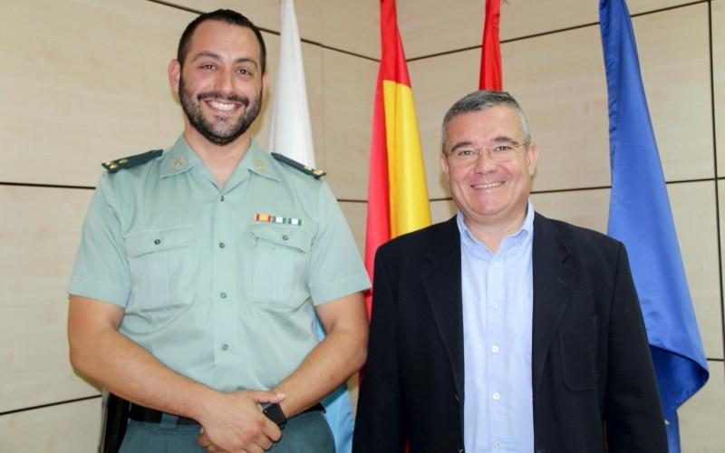 El  alcalde de Arganda del Rey firma la cesión del centro Ernest Lluch a la Guardia Civil