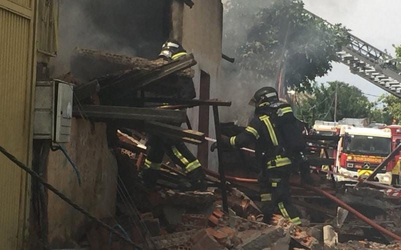 Un incendio calcina dos naves y una infravivienda en la Cañada Real