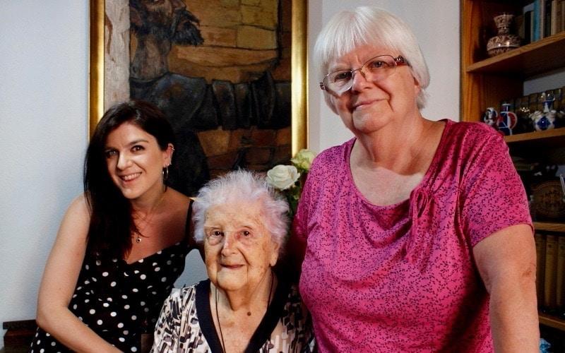 Nieve Cobos, junto a su hija Araceli Gallego y su nieta Araceli Cámara.