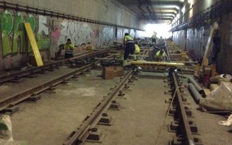 Operarios sustituyen el bretel de la estación de Metro de Arganda del Rey (Fuente: Diario de Rivas)