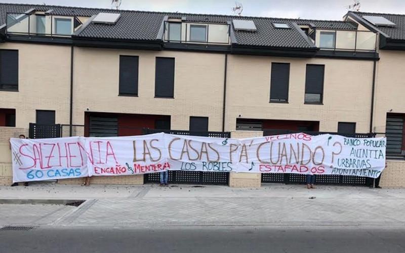 Vecinos de Los Robles, en el barrio de la Luna, protestan por el retraso en la entrega de sus viviendas