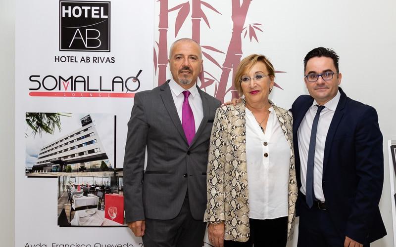 Paul García, gerente del Hotel AB Rivas; Álvaro López, subdirector, con Ana Reboiro, concejala de Desarrollo Económico de Rivas Vaciamadrid