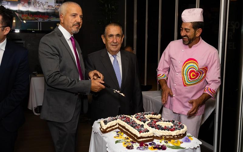 Paul García, con Agustín Benítez y José Luis Trigo, en el 16 aniversario del Hotel AB Rivas