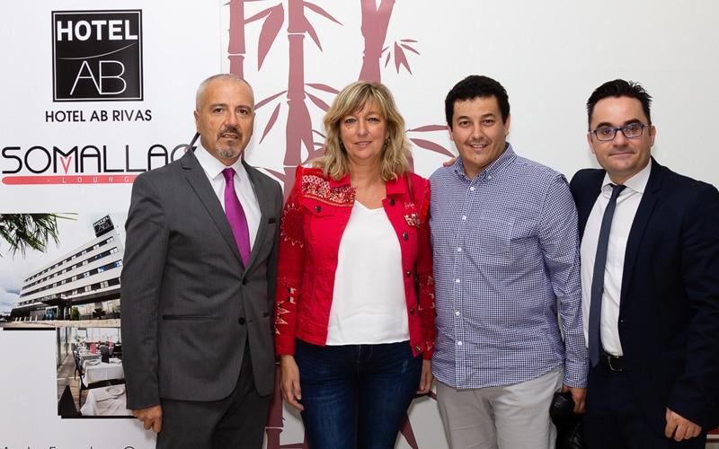 Los concejales socialistas Carmen Pérez y Juan Manuel Callejas posan con Paul García y Álvaro López en el aniversario del Hotel AB Rivas