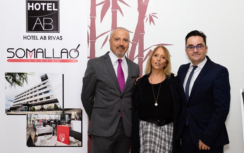 La concejala del PP de Rivas Gemma Mendoza posa con los directivos del Hotel AB Rivas