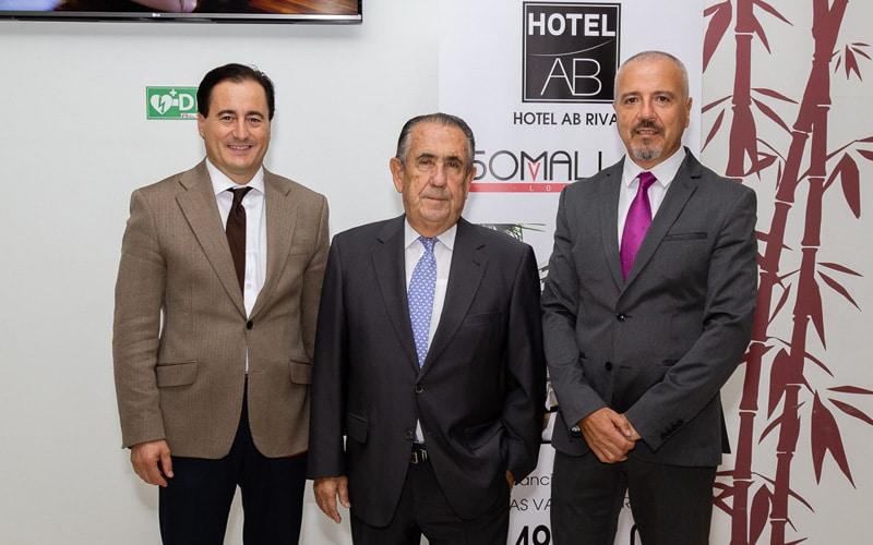 El gerente de Vilsa Grupo Inmobiliario, Antonio Sánchez, con Agustín Benítez y Paul García