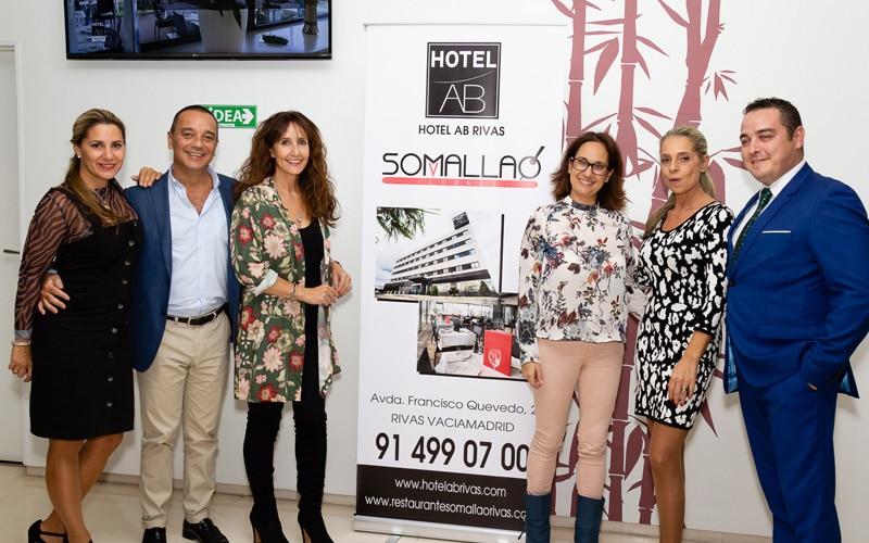 Un grupo de asistentes posa durante el aniversario del Hotel AB Rivas