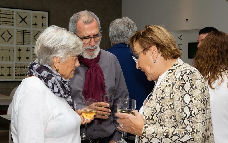 La concejala de Desarrollo Económico, Ana Reboiro, charla con dos asistentes en el aniversario del Hotel AB Rivas