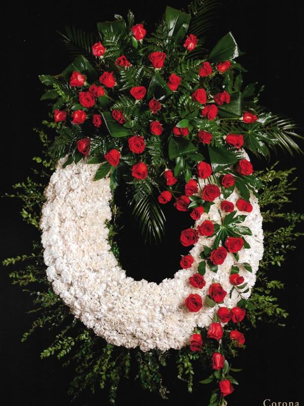Corona de claveles blancos y rosas rojas
