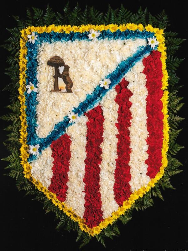 Corona de flores con el escudo del 'Atleti' Tanatorio Funeraria de Rivas