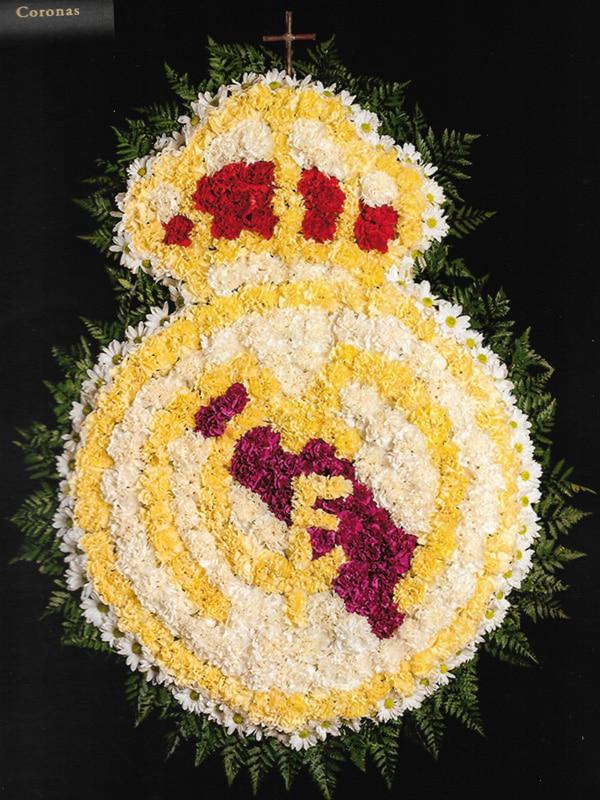 Corona de flores con el escudo del Real Madrid Tanatorio Funeraria de Rivas