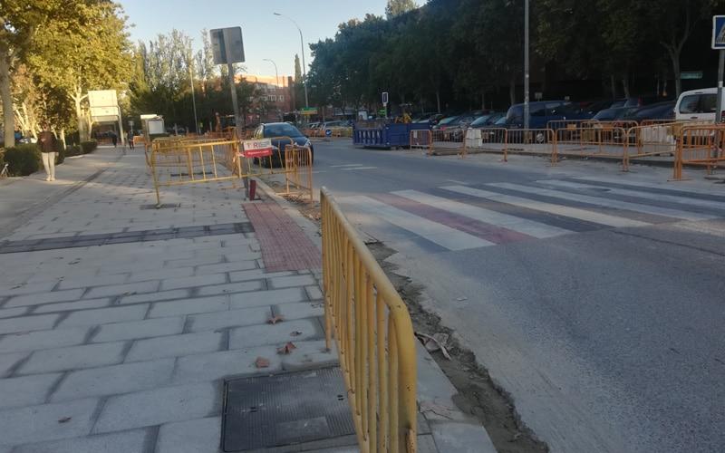 Obras para ensanchar las aceras en Covibar y pérdida de plazas de aparcamiento