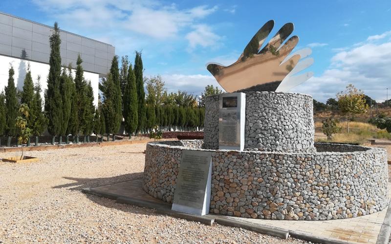 Monumento 'Manos por la paz' en los exteriores del Centro Cultural Soka Gakkai